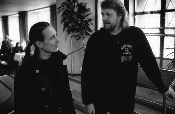 Pave Maijanen esitti Euroviisuissa vuonna 1993 säveltämänsä Yamma, yamma -kappaleen ja jäi viimeiseksi. Hector sanoitti kappaleen säkeistöosuudet.