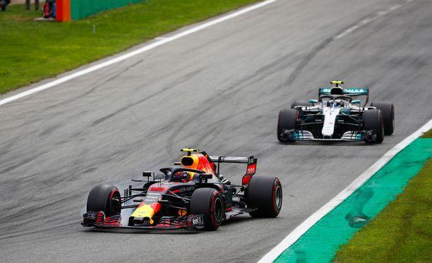 Max Verstappen ja Valtteri Bottas kamppailivat palkintopallisijasta. Kolarin ja rangaistuksen myötä taisto kääntyi suomalaiselle.
