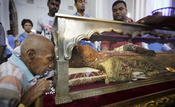 Xavierin muita jäännöksiä säilytetään Goalla Intiassa, mutta oikea käsi, jolla pyhimys kastoi ihmisiä, on leikattu irti.