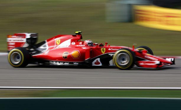 Kimi Räikkönen hermostui kierroksella ohitettaviin Kiinan GP:ssä.