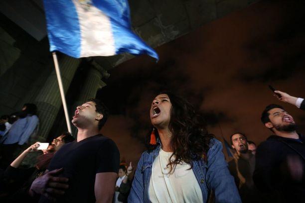 Tragedian suututtamat ihmiset huusivat hallituksen vastaisia iskulauseita mielenosoituksessa Guatemala Cityssä torstaina.