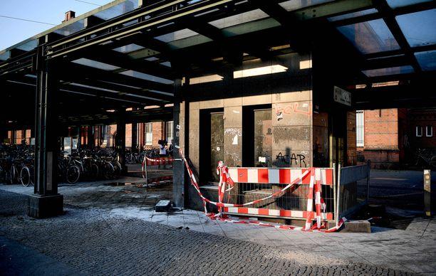 Poliisi eristi rikosalueen juna-asemalla.