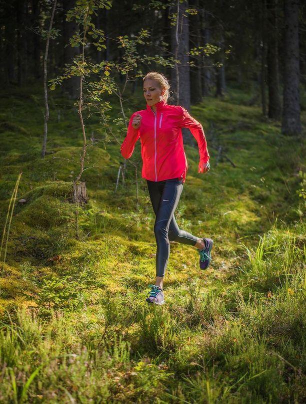Juoksuharrastuksen aloittajan kannattaa satsata hyviin juoksukenkiin. Hyvän jalkineen ohjevähittäishinta on yli 100 euroa, neuvoo Kirsi Valasti.