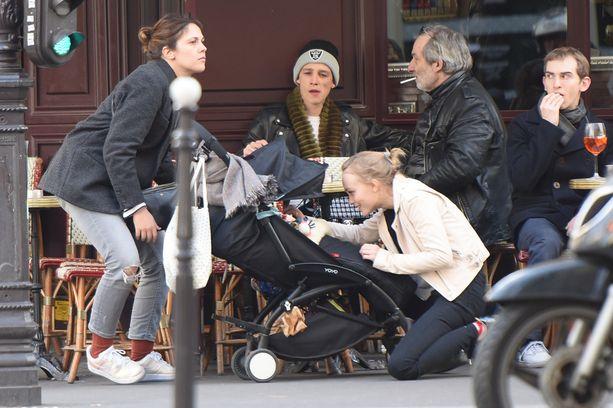 Ash oli mukana, kun Lily-Rose tapasi sukulaisiaan kahvilassa.