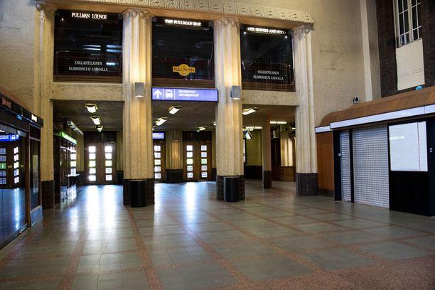Kolmen miehen epäillään käyneen uhrinsa kimppuun alkoholin takia keskiviikon vastaisena yönä Helsingin rautatieasemalla.