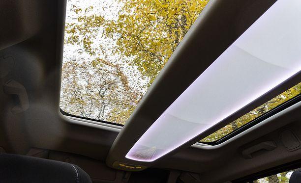 Suuri kattoikkuna ja säädettävä tunnelmavalaistus tuovat autoon arvokkuutta.