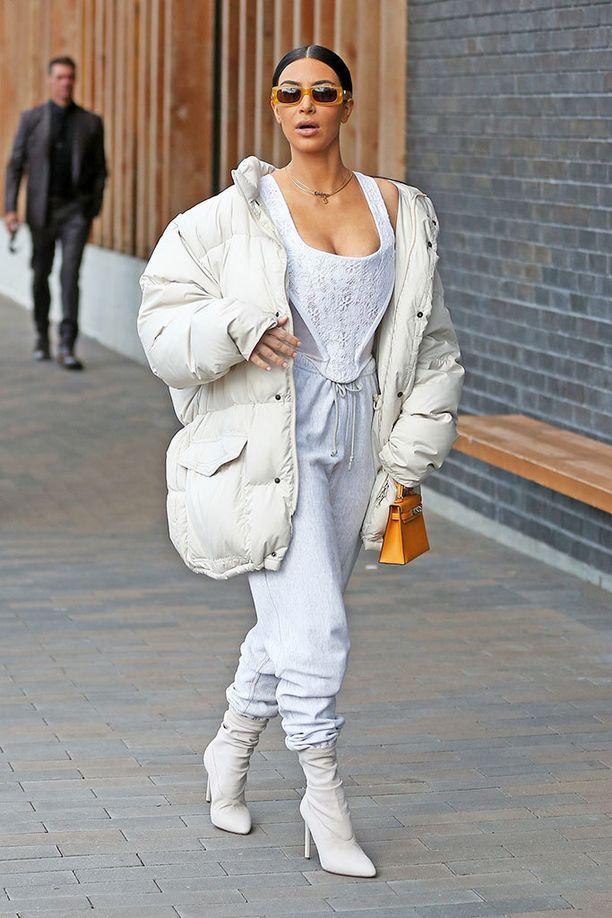 Kim Kardashian yhdisti pirtsakan värisen Kellyn kokovalkoiseen asuun.