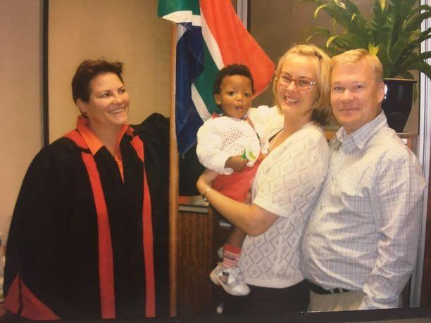 Kuvassa oleva tuomari laillisti adoption, hän oli äärimmäisen mukava, Helena muistelee.