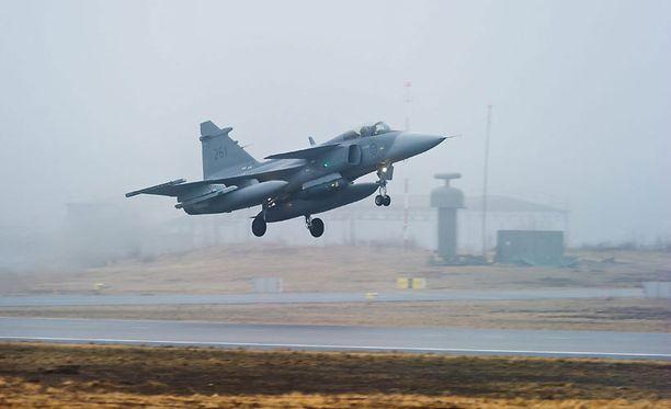 Ruotsalainen JAS 39 Gripen -hävittäjä nousi ilmaan Kallingenista huhtikuussa 2011. Pitkänäperjantaina Ruotsin ilmavoimien hävittäjät eivät olleet valmiudessa, kun Venäjän pommikoneet suuntasivat kohti rajaa.