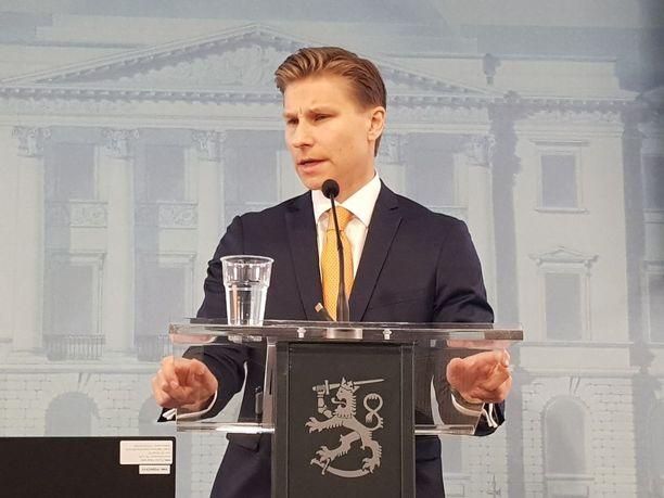 Oikeusministeri Antti Häkkänen otti vastaan selvityksen Turun puukotusiskusta.