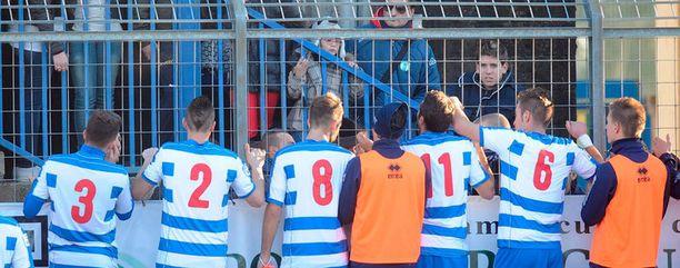 Pro Patria-seuran pelaajat yrittivät tyynnytellä fanejaan ottelun keskeydyttyä.