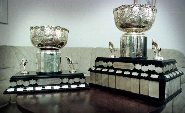 Vasemmalla kuvassa Kanada-malja, josta puuttui alin puuosa HIFK:n vuoden 1998 mestaruusjuhlien jälkeen. Oikealla alkuperäinen malja.