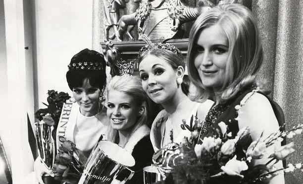 Missien kruunajaiset vuonna 1968. Leena Brusiin kuvassa toinen vasemmalta.