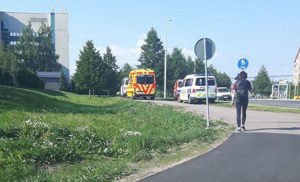 Tiistaina noin puoli kuuden aikaan iltapäivällä Lentoasemantiellä Vantaalla oli useita hälytysajoneuvoja.