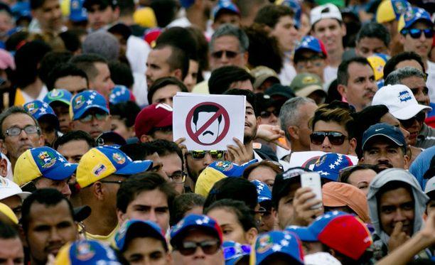 Useita kymmeniä ihmisiä on loukkaantunut Venezuelassa järjestetyissä mielenosoituksissa.