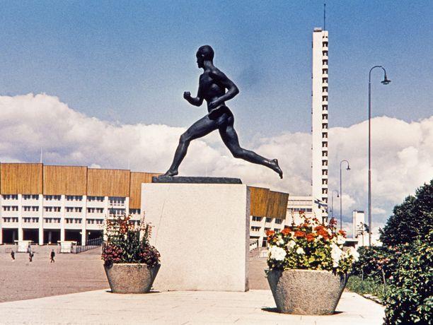 Paavo Nurmen patsas Helsingin olympiastadionin vieressä.