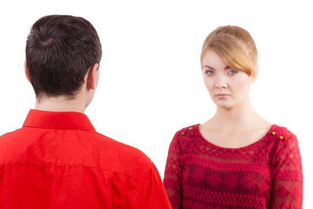 Jos lähdet väittämään heti vastaan, kiista saattaa jatkua entistä rataansa. Myötäile, jos mahdollista. Myötäily on kuuntelemista, ei suostumista.