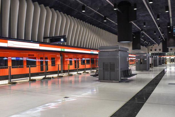 Koivusaaren asema otettiin käyttöön syksyllä 2017. Sen kerrottiin tällöin olevan maailman ainoa merenalainen metroasema.