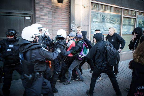 Osa mielenosoittajista yritti pysäyttää kulkuetta seuranneita poliiseja, mistä syntyi jälleen nujakka.