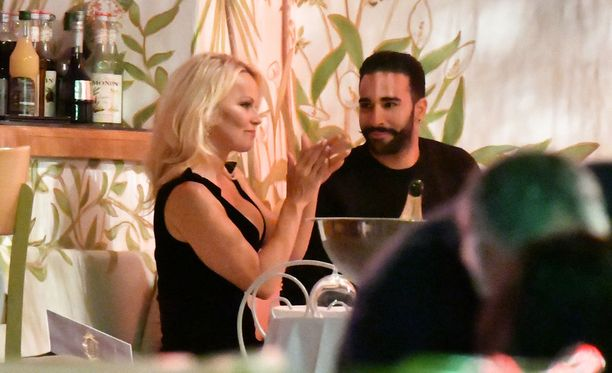 Pamela Andersonin ja Adil Ramin parisuhde kukoistaa.