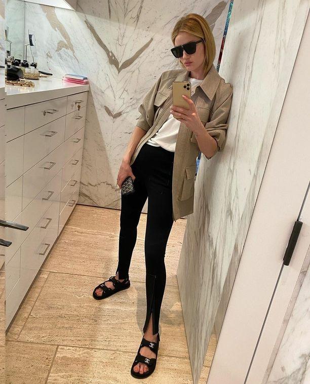 Rosie Huntington-Whiteleyn asukuvat ovat Instagramin ihanimpia - ja niissä näkee jatkuvasti mustia, halkiollisia leggareita.