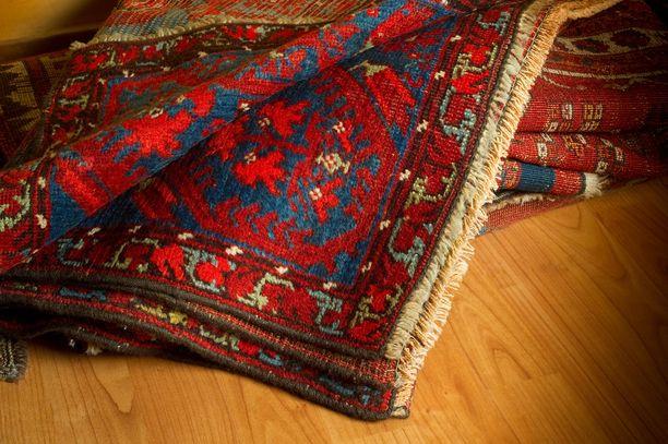 Käännä matto nurin ja tutkaile sen taustaa. Onko se selkeäkuvioinen vai harmaan sumea?