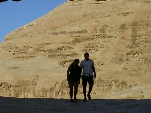 Eeva ja Tomi matkustelevat ja harrastavat yhdessä. Kaikki eivät hyväksy pariskunnan onnea.