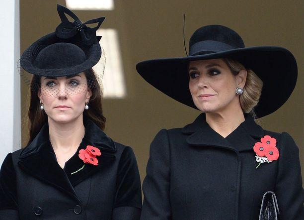Herttuatar Catherine seisoi tilaisuudessa Hollannin kuningatar Maximan vieressä.