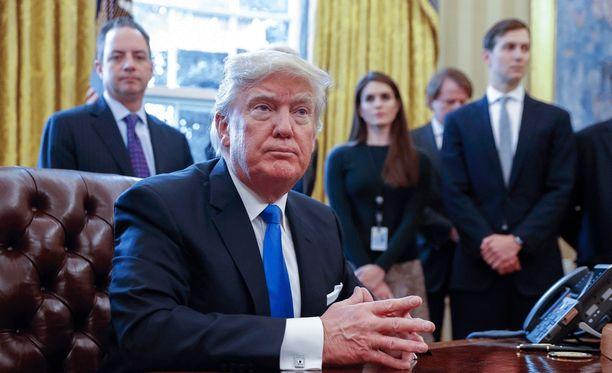 Trumpin lähipiiri on Trumpin mukaan syyllistynyt vaalivilppiin. Taustalla oikealla vävypoika Jared Kushner.