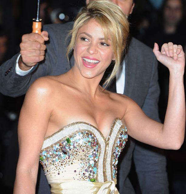 Shakira lauloi neljä vuotta sitten MM-kisojen tunnusbiisin. Kolumbialaiskaunotar on yhdessä Espanjan ja Barcelonan topparin Gerard Piquen kanssa.