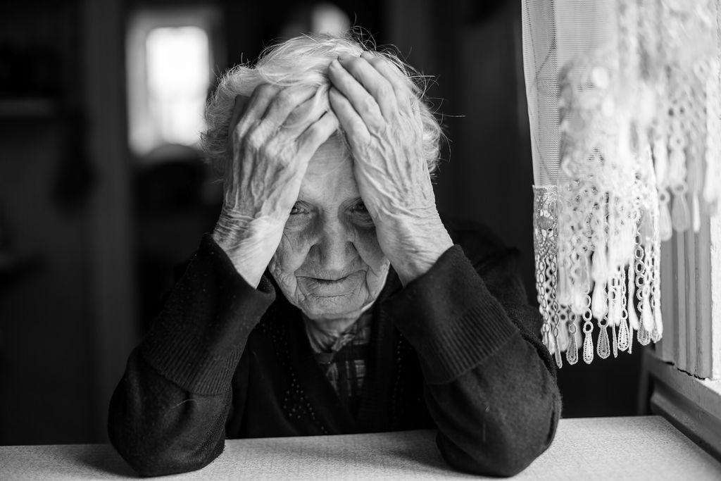 Mitä vanhemmaksi ihminen elää, sitä varmemmin ystävät kuolevat hänen ympäriltään. Kuvituskuva.