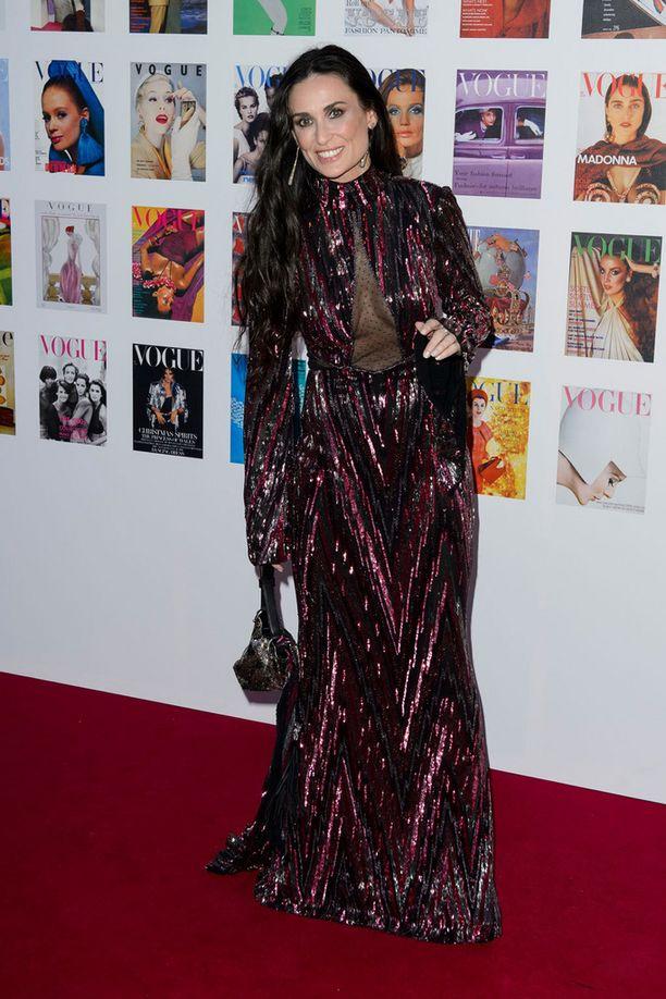Näyttelijä Demi Mooren goottimekko olisi vaatinut ylöskiinnitetyn kampauksen ja simppelimmän laukun.