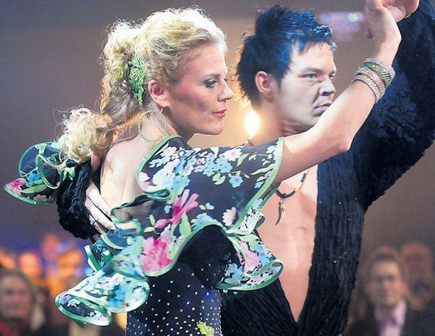 SAMBAA Bettina tanssi Janin kanssa viime sunnuntaina paso doblen. Seuraavaksi on vuorossa samba.