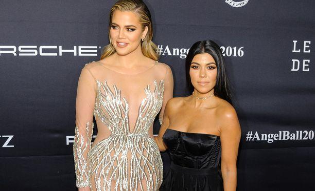 Khloe ja Kourtney Kardashian edustivat maanantaisessa gaalassa kaikesta kohusta huolimatta.