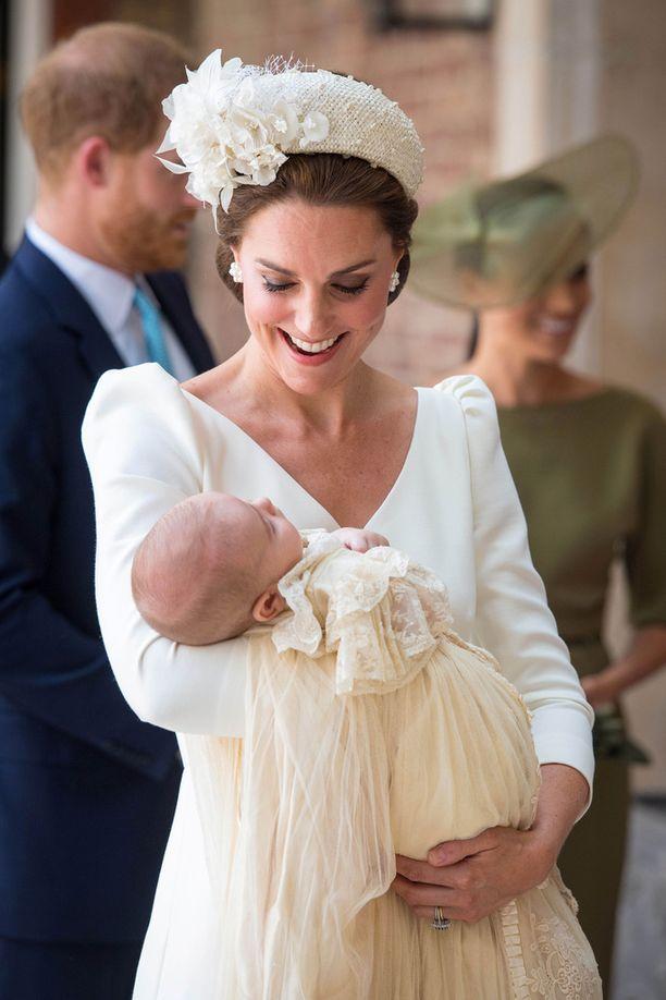 Herttuatar Catherinen sylissä nukkui tyyni pikku prinssi.