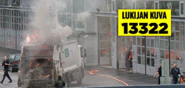 Palomiehien ihmetykseksi palava roska-auto kurvasi aamulla suoraan pihaan.