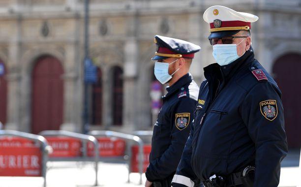 Meitä kohti ei piereskellä! Näillä wieniläispoliiseilla on naamari todennäköisesti kuitenkin koronaepidemian vuoksi.