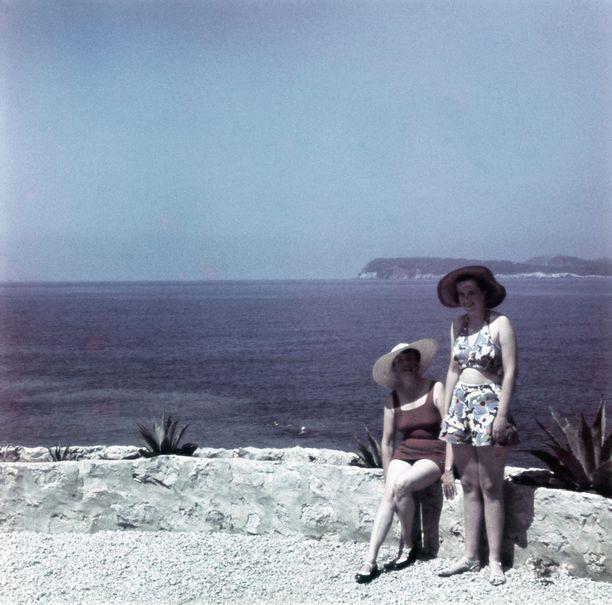 Naisia rannalla. Kuva vuodelta 1939.