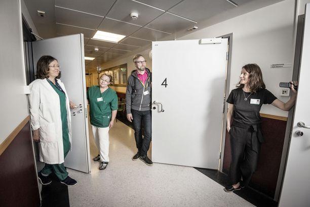 Miltei kaksi vuotta toiminnassa ollut Seri-tukikeskus sai huoneet syöpäpotilaiden osastolta Naistenklinikalta. Kuvassa klinikan vastuulääkäri Leena Laitinen (vas.), kätilökoordinaattori Leena Malmi, psykologi, psykoterapeutti Pertti Hakkarainen ja sosiaalityöntekijä Soile Kilpeläinen.
