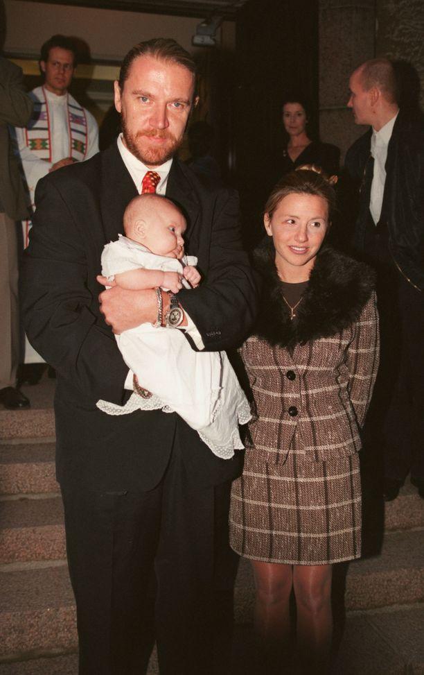 Harlin kehitti Harjolan perheelle perhekokouksen konseptin. Kuvassa tuoreen isän sylissä Luukas-poika vuonna 1997.