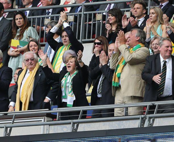 Michael Wynn-Jones ja Delia Smith (alhaalla vasemmalla) omistavat Norwich Cityn.