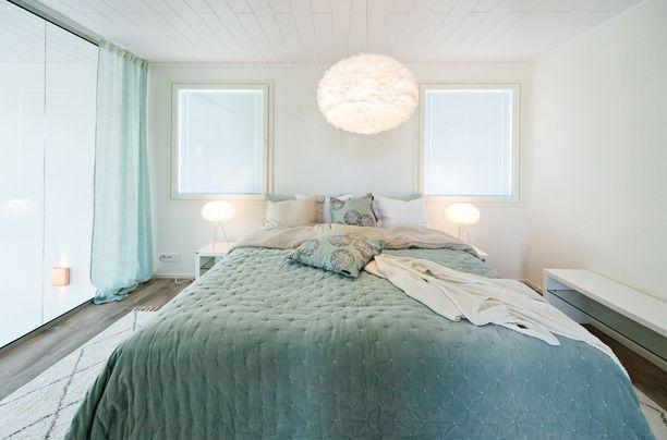 Makuuhuoneessa pelkkä päiväpeiton vaihto voi tuoda jo tarvittavan muutoksen värimaailmaan.