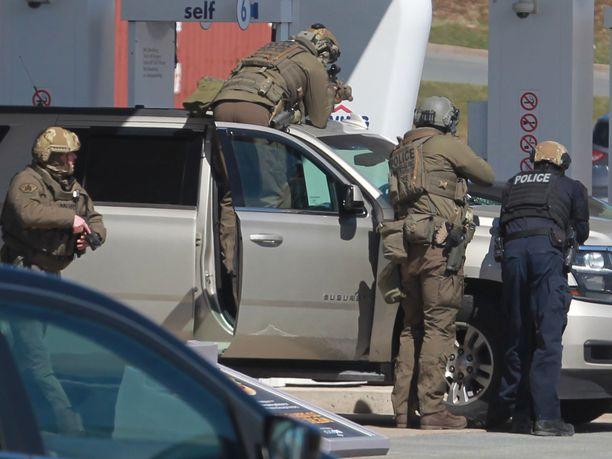 Kanadan Nova Scotiassa sattuneen ampumavälikohtauksen tekijäksi epäillyn miehen matka päättyi huoltoasemalla Enfieldissä.
