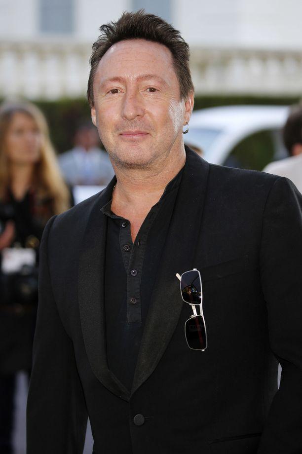 Isä saattoi puhua rauhasta ja rakkaudesta, mutta ei hän kyennyt niitä osoittamaan ihmisille, joiden olisi pitänyt merkitä hänelle eniten, poika Julian Lennon on sanonut.