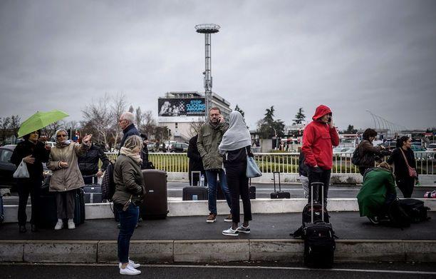 Lähes 3 000 ihmistä evakuoitiin Orlyn eteläisestä terminaalista ampumavälikohtauksen vuoksi lauantaina.