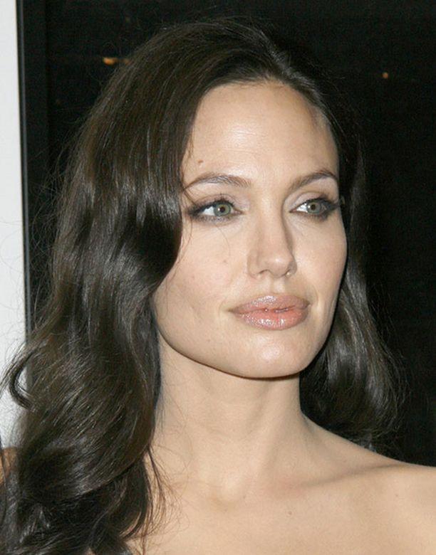 Kansikuvan, jossa Angelina imettää, on ottanut Brad Pitt.