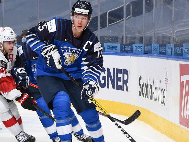 Anton Lundell kipparoi Nuoria Leijonia alle 20-vuotiaiden MM-kisoissa. Torstaina hän debytoi A-maajoukkuetasolla Venäjää vastaan.