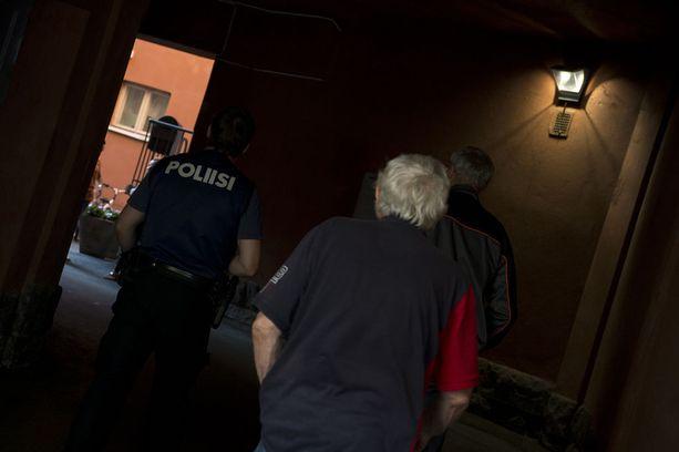Helsingin Sanomien mukaan murhien pääepäilty kävi juuri ennen perjantain puukotuksia moskeijassa Turun keskustassa. Iltalehti näki poliisin menevän moskeijalle maanantaina alkuillasta.