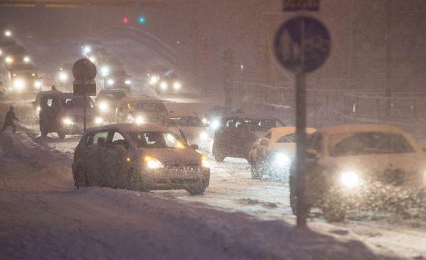 Autoilijoiden kannattaa yhä ottaa huomioon lumisade sekä liukkaat tienpinnat.Arkistokuva.