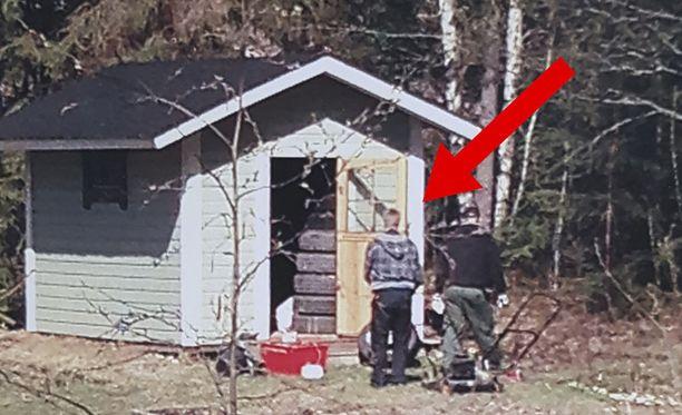 Jari Aarnion naapuri tunnisti varastoaan penkoneen ruututakkisen miehen poliisiksi.